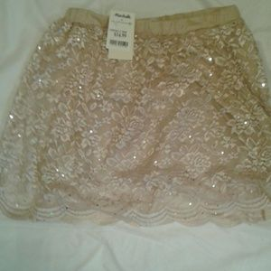 👌3/ $25 NWT Gold skirt lace make me an offer!